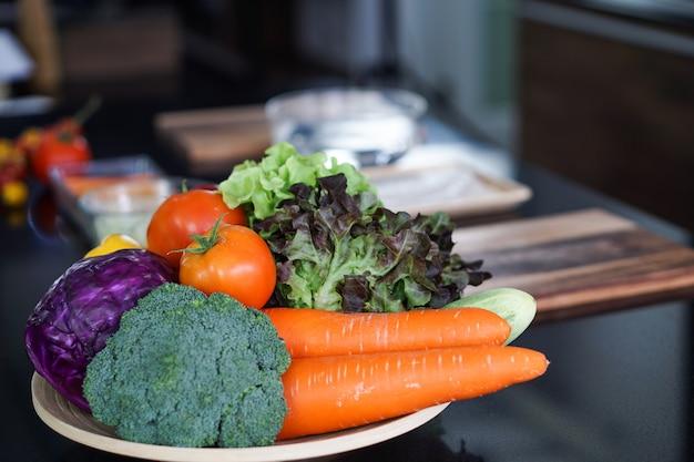 Vegetais orgânicos e frescos são alimentos saudáveis que são bons para todos