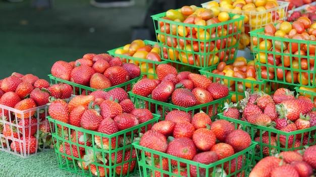 Vegetais orgânicos no balcão, produtos locais frescos e vegetais crus cultivados em barracas de mercado. comida vegetariana saudável, mercado de fazendeiros em oceanside, califórnia, eua. venda de colheita de fazenda agrícola.