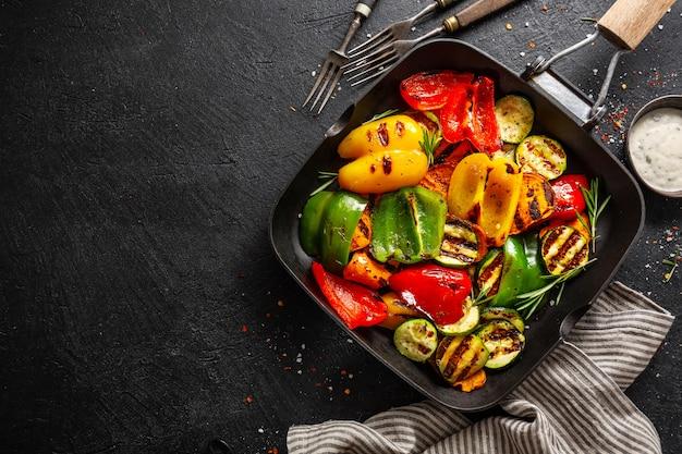 Vegetais saborosos saudáveis grelhados na panela