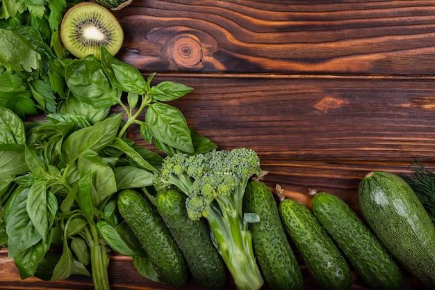 Vegetais saudáveis de verão na moldura da mesa de madeira de vegetais verdes