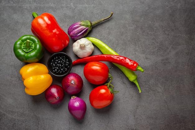 Vegetais saudáveis em fundo escuro antigo