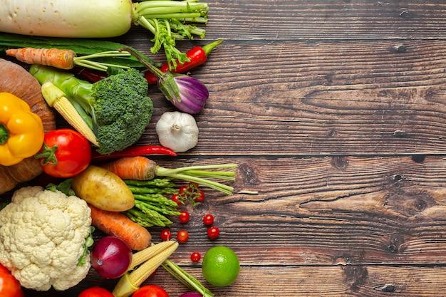 Vegetais saudáveis na mesa de madeira