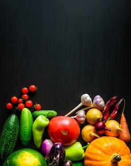 Vegetais sazonais do outono fresco apetitoso saboroso, vista superior com espaço da cópia. comida saudável, vegetarianismo, alimentação limpa. colheita, jardinagem, conceito do dia de ação de graças.