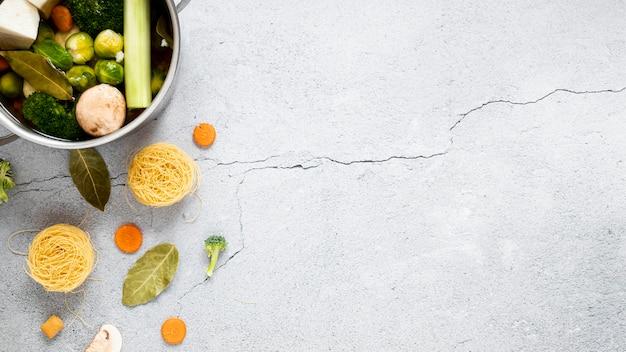 Vegetais sopa e macarrão cópia espaço