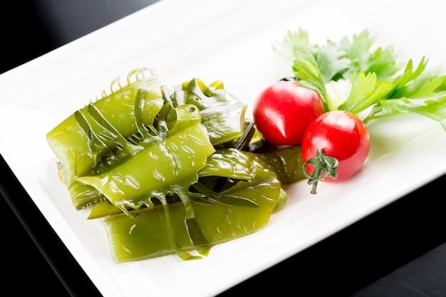Vegetais verdes com tomates