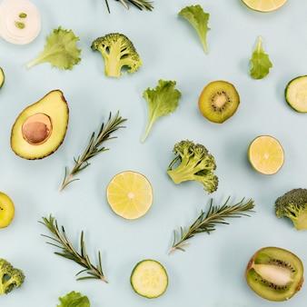 Vegetais verdes e frutas com folhas