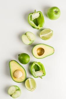 Vegetais verdes e frutas em branco
