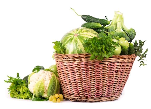 Vegetais verdes em cesta de vime