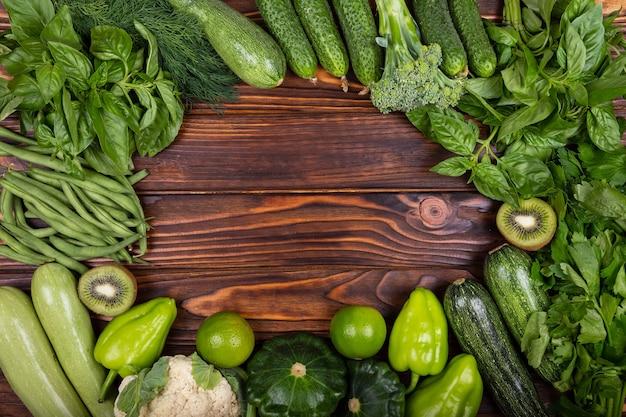 Vegetais verdes em fonte de proteína de mesa de madeira para vegetarianos
