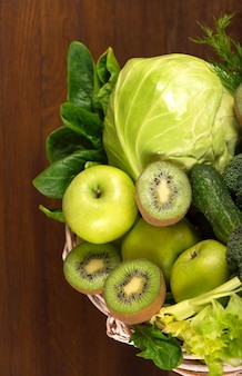 Vegetais verdes em uma cesta de madeira