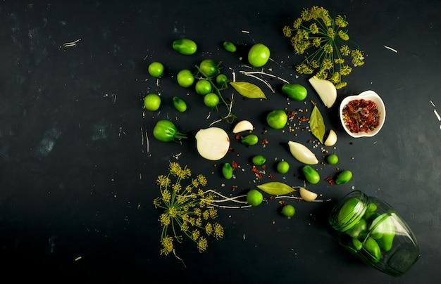 Vegetais verdes em uma superfície escura
