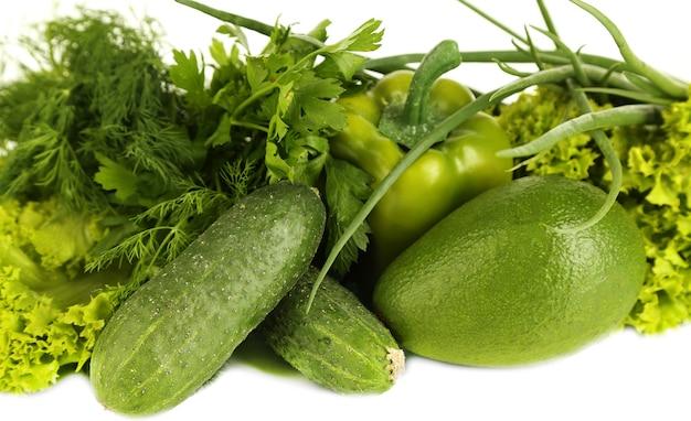 Vegetais verdes frescos isolados no branco
