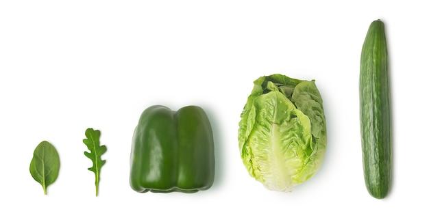 Vegetais verdes frescos isolados no fundo branco