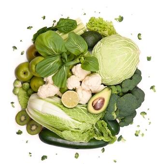 Vegetais verdes grupo de vegetais verdes e frutas em fundo branco