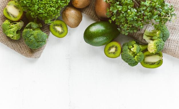 Vegetais verdes na superfície de madeira