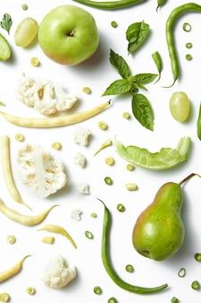Vegetais verdes úteis em uma mesa branca