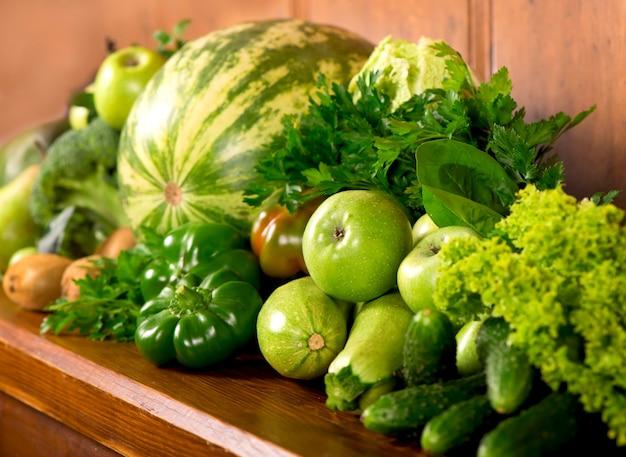 Vegetais verdes úteis em uma superfície de madeira