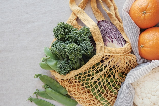 Vegetal e frutas em saco reutilizável