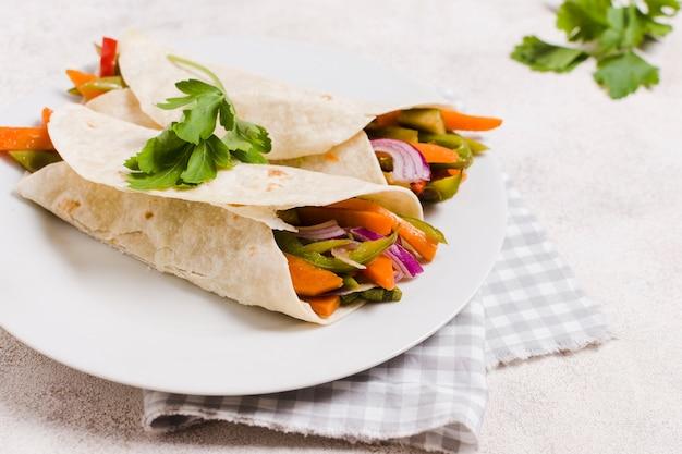 Vegetal envolto em pão árabe no prato