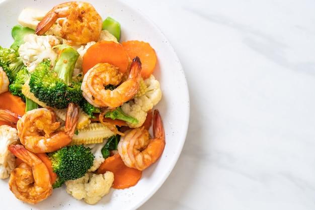 Vegetal misturado frito com camarões
