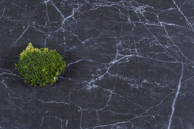 Vegetal orgânico fresco. brócolis verde em preto