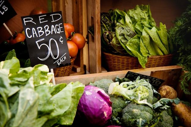 Vegetal orgânico local fresco no mercado dos fazendeiros