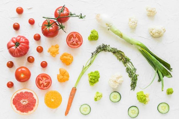 Vegetal vermelho e verde colorido no plano de fundo texturizado