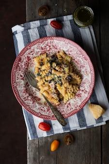 Vegetariana massa vegetal fusilli com cogumelos e tomates