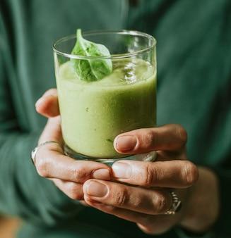 Vegetariana vegana e smoothie de gengibre