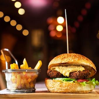 Vegetariano, hambúrguer vegetariano com batatas fritas