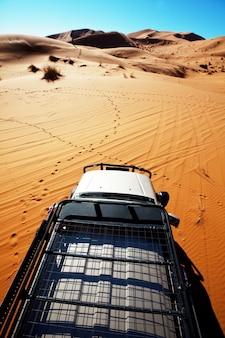 Veículo 4x4 saindo da estrada no deserto do saara, marrocos, áfrica