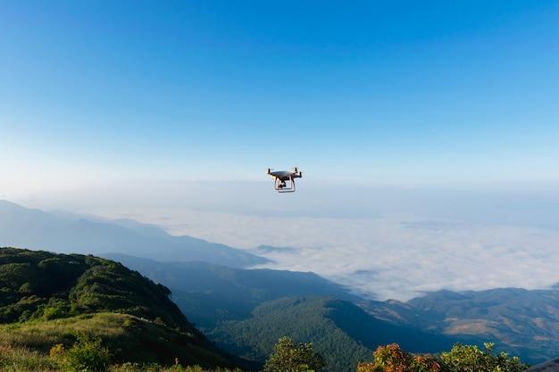 Veículo aéreo do ângulo alto da fotografia aérea do dorn