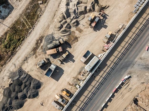 Veículo de muitas máquinas industriais trabalhando no projeto de construção