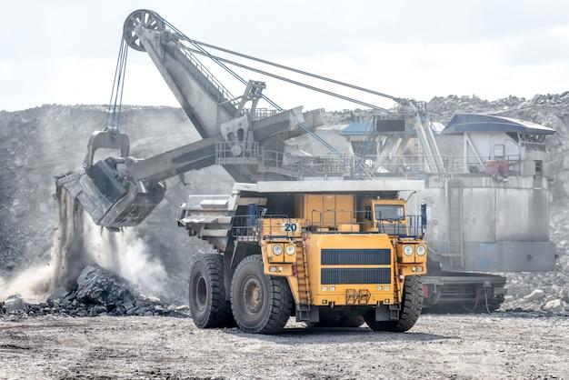 Veículo em uma vista de mina de carvão