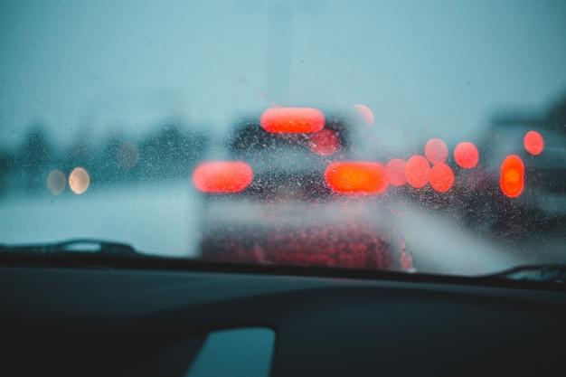 Veículo na frente com luzes desfocadas