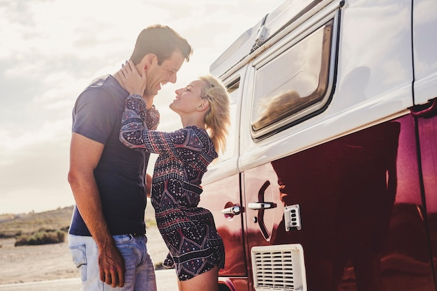 Veículo vintage e de amor para jovens com estilo de vida alternativo - aproveite o casal e a viagem juntos - conceito de namorada e namorado - alegria e felicidade ao ar livre