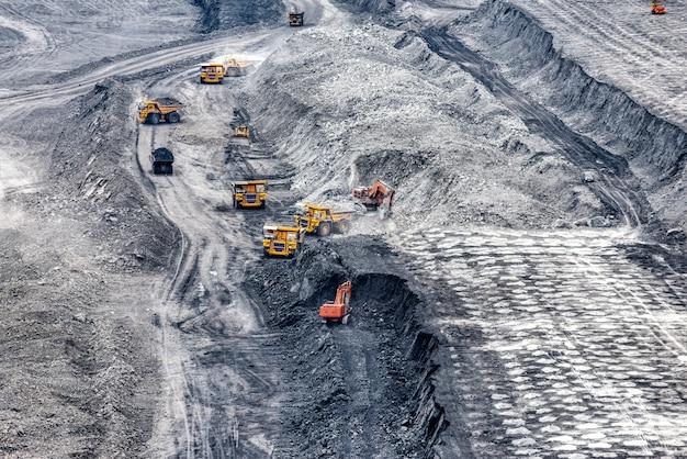 Veículos em uma mina de carvão