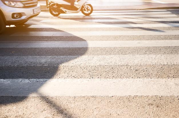 Veículos, ficar, em, zebra, cruzamento