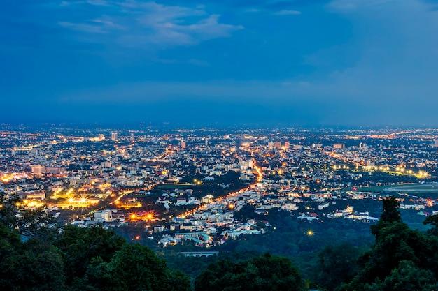 Veja a arquitetura da cidade sobre o centro da cidade de chiang mai, tailândia na noite crepuscular.