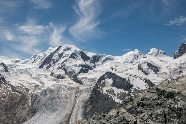 Veja a cena das montanhas do close up no parque nacional de zermatt, suíça, europa. paisagem de verão, clima ensolarado, céu azul dramático e dia ensolarado