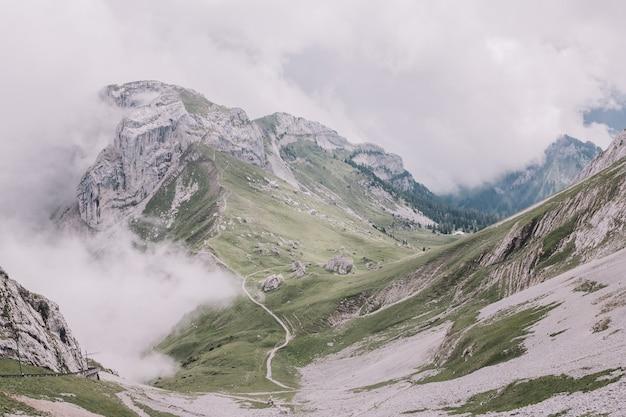 Veja a cena das montanhas do topo pilatus kulm no parque nacional de lucerna, suíça, europa. paisagem de verão, clima ensolarado, céu dramático e dia ensolarado