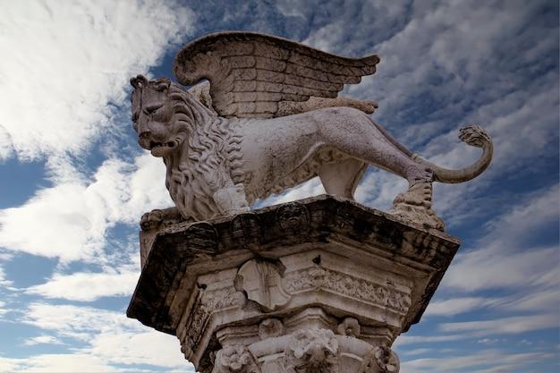 Veja a coluna com o leão alado veneziano na piazza dei signori em vicenza, itália