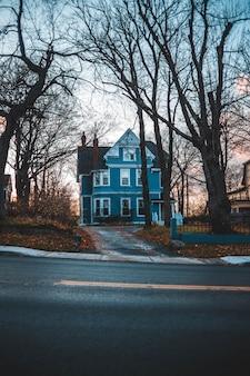 Veja a fotografia da casa azul e cinza