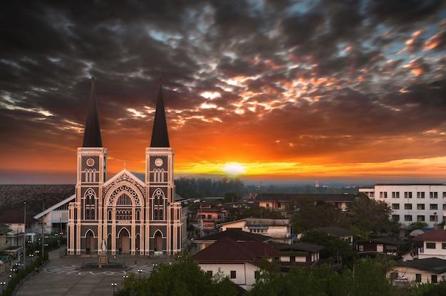 Veja a igreja católica com um belo nascer do sol na província de chantaburi, tailândia.