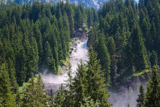 Veja a inspiradora cachoeira de krimml nas montanhas em dia de verão. trekking no parque nacional hohe tauern, áustria