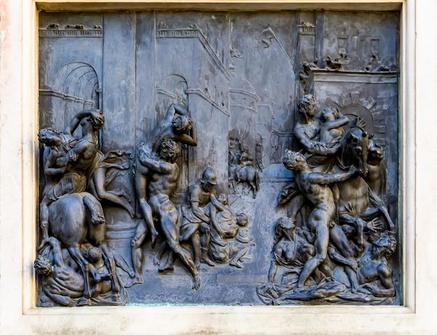 Veja a placa de bronze na estátua o estupro das mulheres sabinas por giambologna na loggia dei lanzi em florença, itália