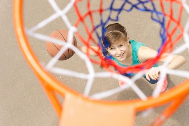 Veja através da rede de um atirador de basquete