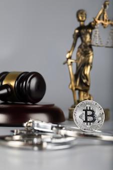 Veja em bitcoin. estátua de themis ao fundo.