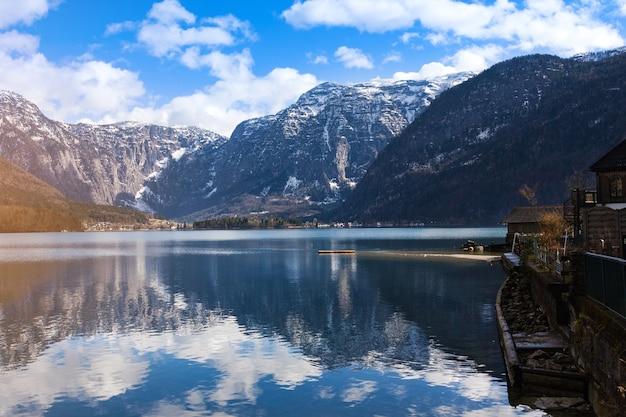 Veja idílicas montanhas alpinas e lago
