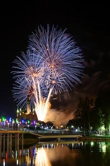 Veja incríveis fogos de artifício azuis brilhando no céu noturno